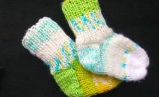 Инструкция, как связать носочки для новорожденных спицами