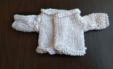 Свитер для куклы спицами — простой способ вязания