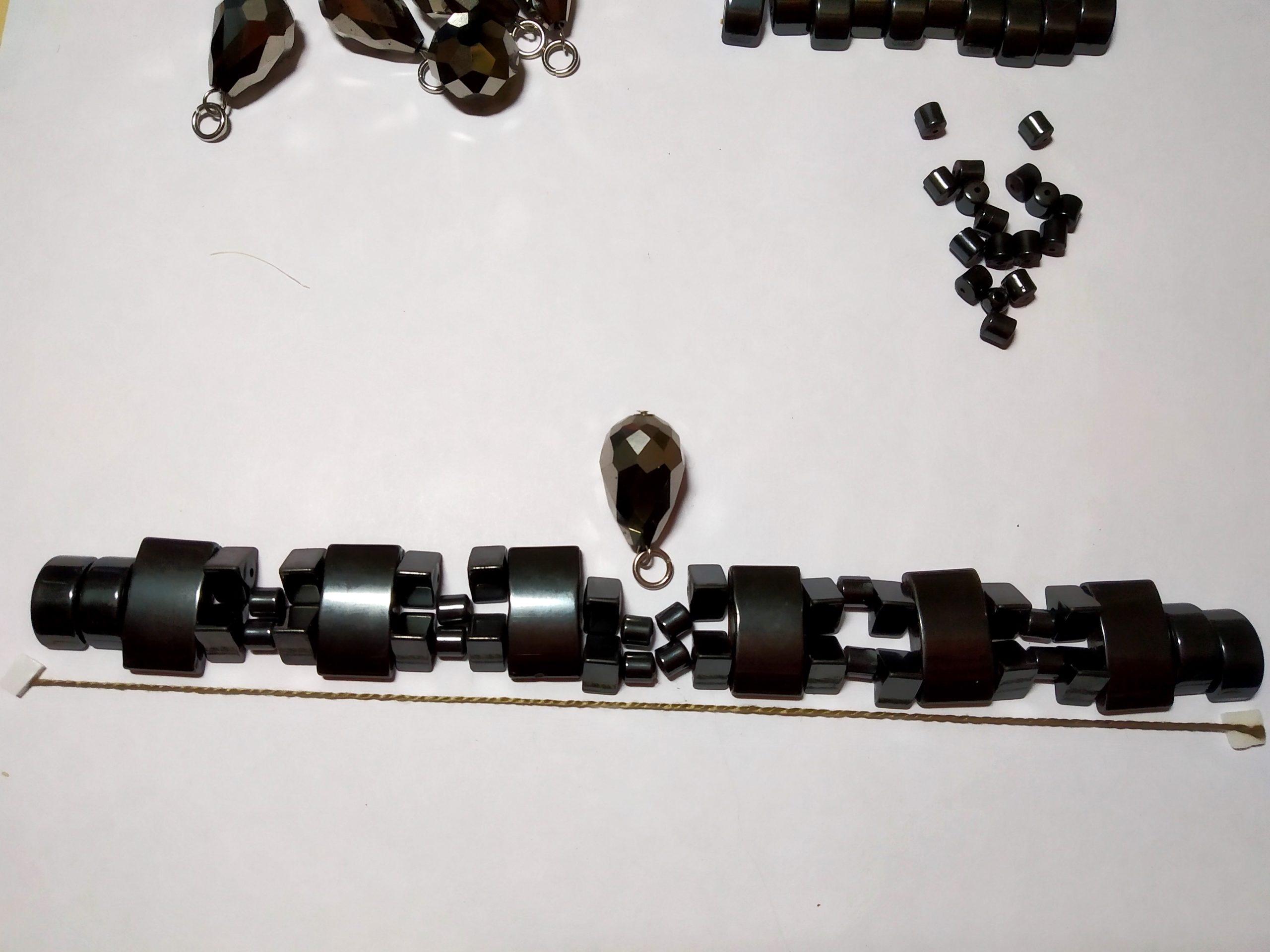 Выложили части браслета вдоль нити