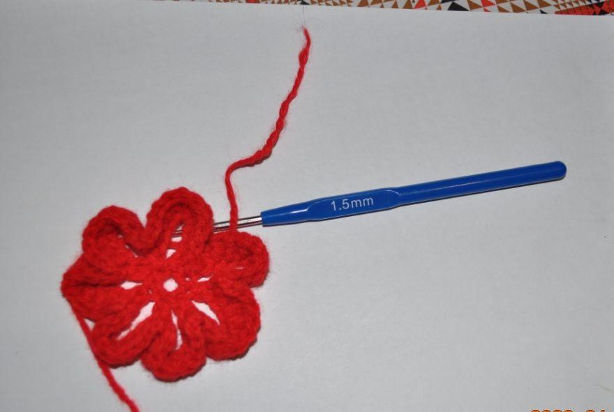 Как сделать цветочек крючком на шапочку?
