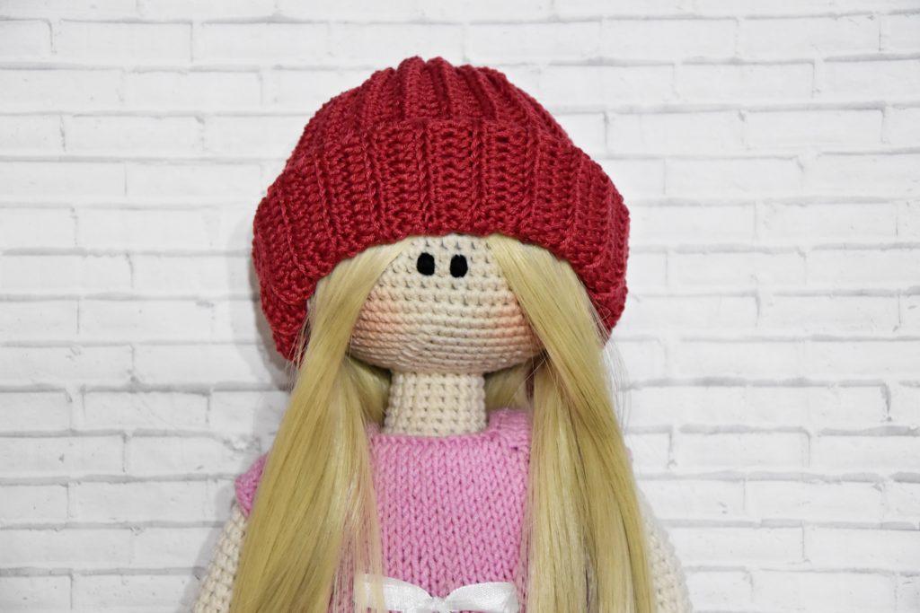 Как делается шапочка для куклы крючком?