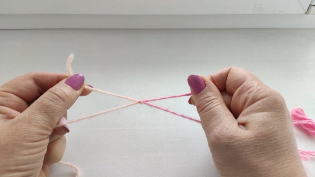 Как завязать невидимый узелок на пряже. Кто хоть раз вязал на спицах или крючком знают, что рано или поздно заканчивается нить и приходится привязывать следующий моток. Обычно складывала вместе две нитки и связывала обычным узлом. В результате при вязании висячие кончики вплетала в вязку с помощью иголки или крючка, продевала их под связанные петли, протягивала нить и получалось утолщение. И это заметно и не очень красиво. Так как если близко отрезать концы ниток узелок со временем развяжется и на изделии появится дырка. Таким способом лучше пользоваться, если привязывать нитки между собой в начале или в конце ряда. Но тогда приходится обрезать часть нити. Но если пряжи в обрез лучше сделать узелок. Теперь могу делать невидимый крепкий узелок, который почти незаметен и очень крепкий. Изделие при этом смотрится аккуратно и не имеет узлов с изнаночной стороны. Делать его очень просто. Показываю на нитках разного цвета. Вот мой мастер класс. *Положить нитки крест- накрест. Правая (персиковая) сверху. *Левую (розовую) загнуть на другую нить (персиковую) сверху и протянуть снизу. Кончики расправить в стороны. На фотографии понятно показано. *Теперь взять за кончики и светлую персиковую нить положить на розовую сверху и тут же протянуть под нее (розовую). *Потянуть нити в разные стороны, узелок начнет затягиваться. Потом еще натянуть по отдельности кончики в разные стороны и саму пряжу. В общем затянуть как можно крепче. Узел готов, его уже никак не развязать. *Ножницами отрезать висячие концы как можно ближе к узелку. Получилась сплошная нить с почти незаметным узелком. При вязании он точно будет на заметным. В интернете видела ролик как по такому принципу соединяют проводки. Немного потренировавшись, так же получится с нитями оного цвета. Надеюсь, что все было понятно и этот узел может кому пригодится при вязании