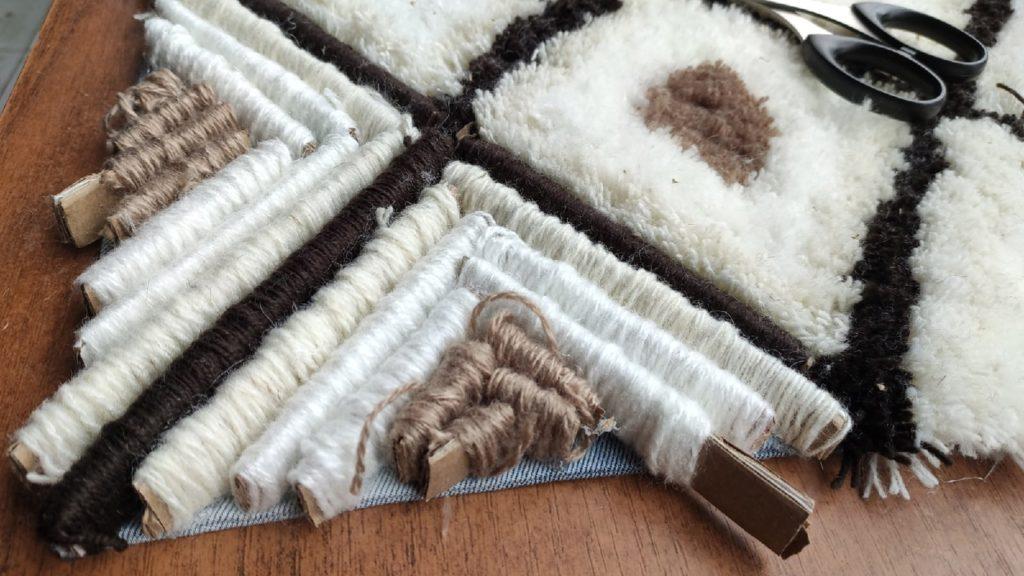 Пушистый коврик из остатков пряжи