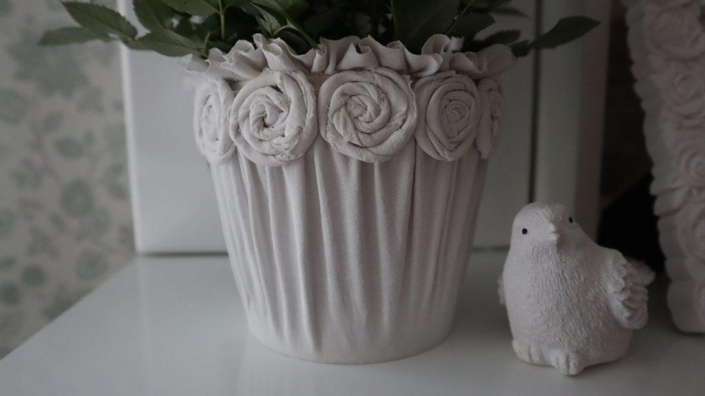 Кусок старой простыни, банка от майонеза и у вас получается изящный горшок для цветка, который затмевает покупной