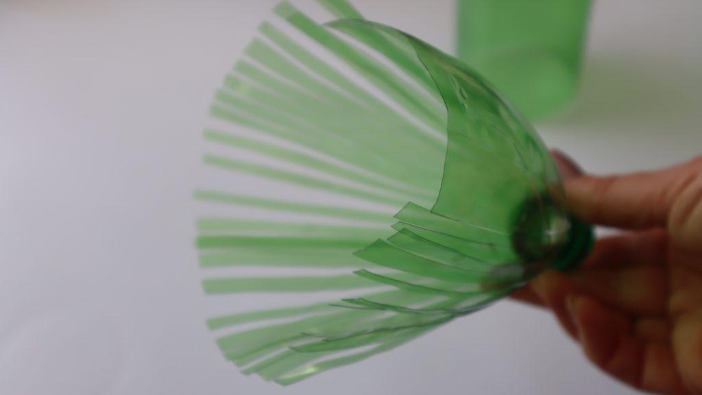 Перевоплощение бутылки в нежный цветок