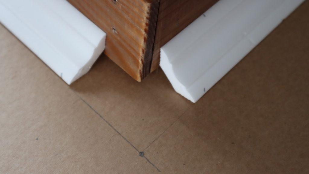 Несколько полезных советов, как резать потолочный плинтус в углах. Получается ровно с первого раза