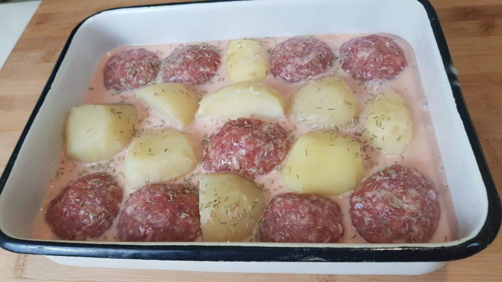 Тефтели с моцареллой и картофелем запеченные в духовке.