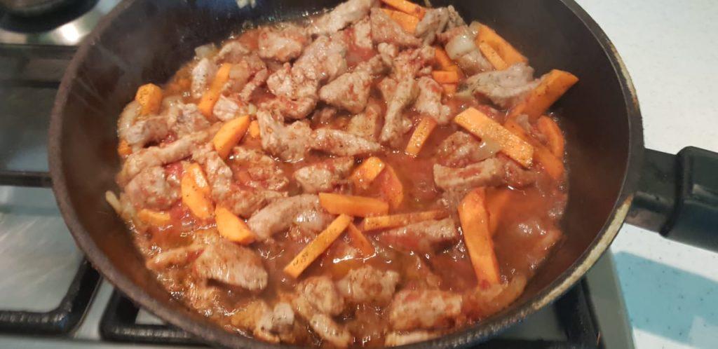 Свинина с подливкой на сковороде