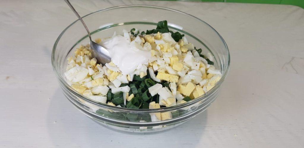 Вкусный, ароматный заливной пирог с зеленым луком и яйцами