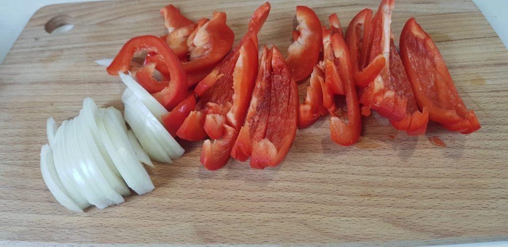 Куриная грудка с овощами на сковороде