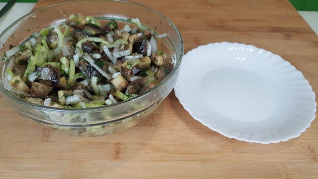 Пикантный салат из баклажан