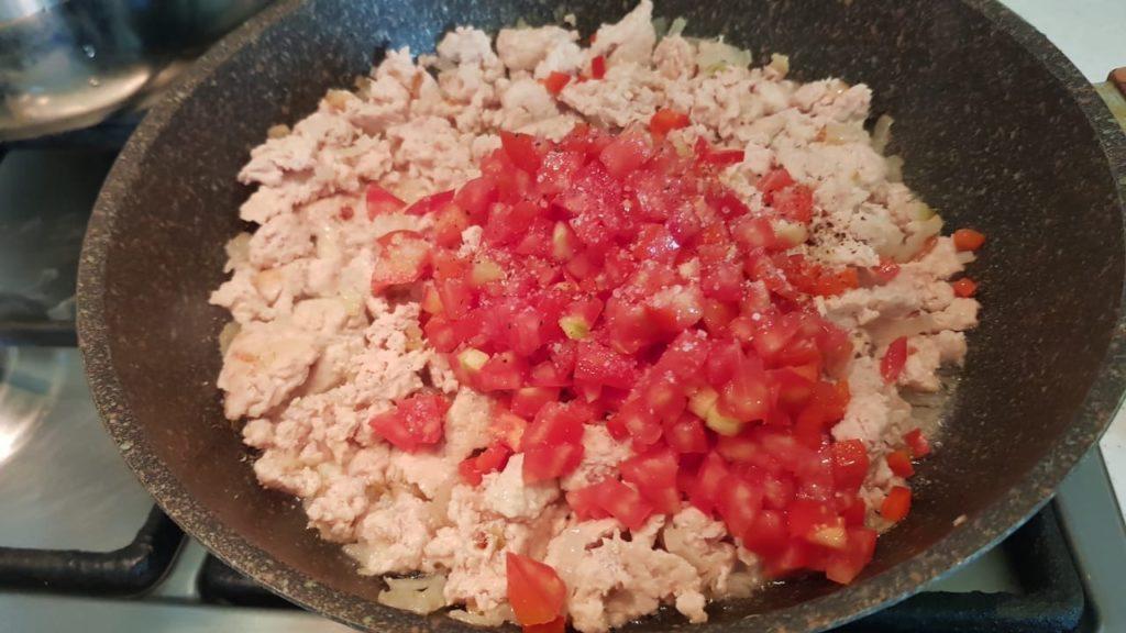 Взяла укроп, добавила в тесто и обычное блюдо заиграло новым вкусом и цветом